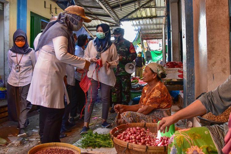 Wakil Gubernur NTB, Sitti Rohmi Djalilah, sidak ke pasar tradisional di kota Mataram dan meminta pedagang tetap menggunakan masker untuk menekan penyebaran virus Covid-19.