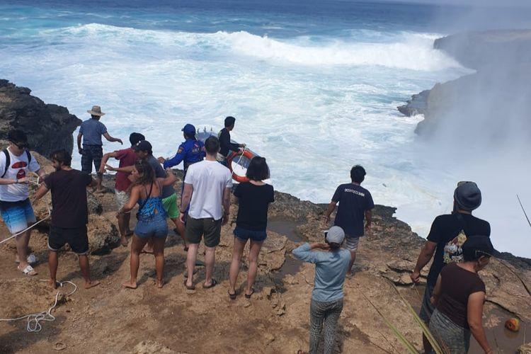 Proses evakuasi korban di Perairan Devils Tear, Nusa Lembongan, Klungkung, Senin (16/9/2019)