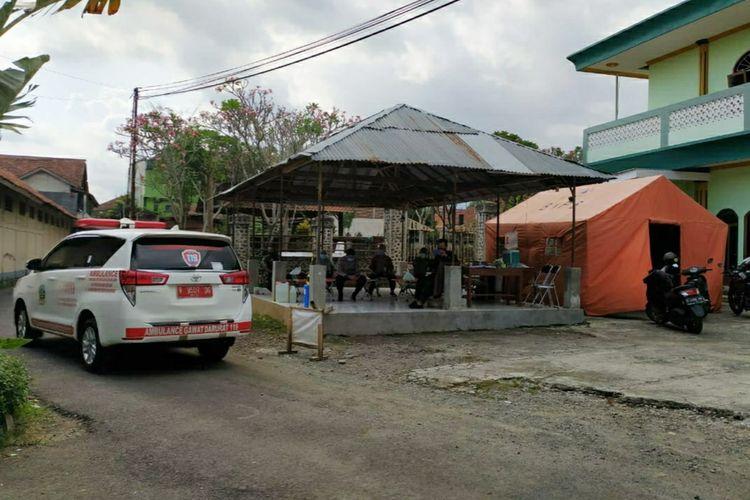 Akses masuk ke pondok pesantren di Kelurahan Purwanegara, Kecamatan Purwokerto Utara, Kabupaten Banyumas, Jawa Tengah, ditutup, Kamis (24/9/2020).