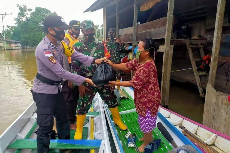 Tim terpadu penanganan Banjir Sembakung tengah mendistribusikan bantuan untuk korban banjir, desa Atap kecamatan Sembakung kabupaten Nunukan Kaltara merupaan wilayah terdmpak paling parah ketika banjir tahunan kiiman Malaysia melanda (istimewa)