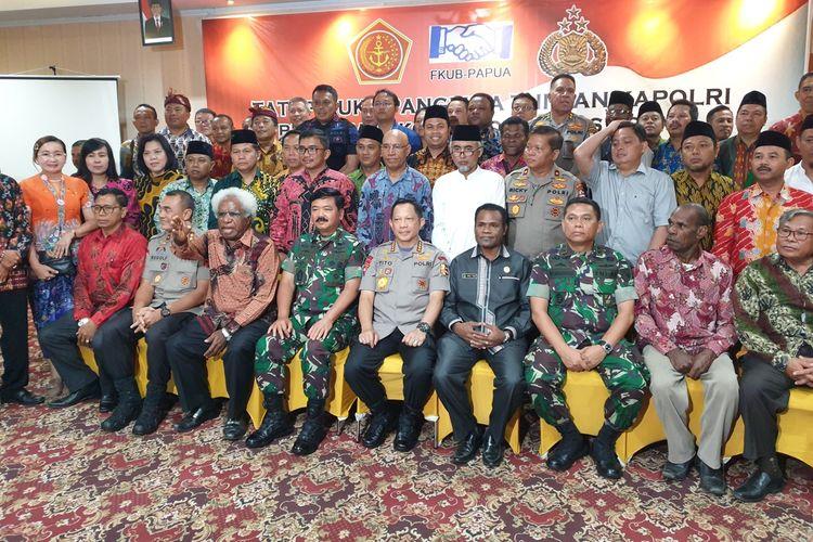 Panglima TNI dan Kapolri berfoto bersamma dengan tokoh-tokoh agama. Sebelumnya mereka melakukan dialog dalam rangka menciptakan situasi keamanan yang kondusif di Papua, Jayapura, Jumat (6/09/2019)