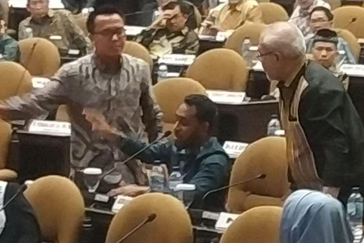 Sidang Paripurna Luar Biasa DPD RI ke-2 Masa sidang V tahun 2018-2019 berlangsung ribut di Kompleks Parlemen, Senayan, Jakarta, Rabu (18/9/2019).