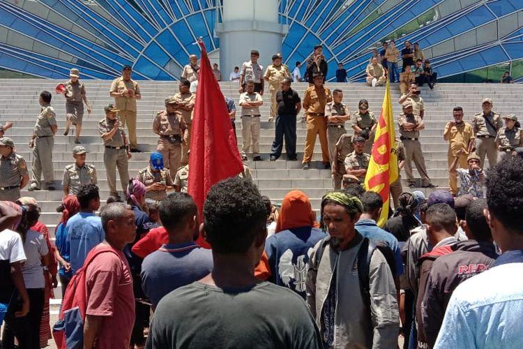 Warga Kecamatan Amanuban Selatan, Kabupaten Timor Tengah Selatan (TTS), Nusa Tenggara Timur (NTT), menggelar aksi unjuk rasa di halaman kantor Gubernur NTT