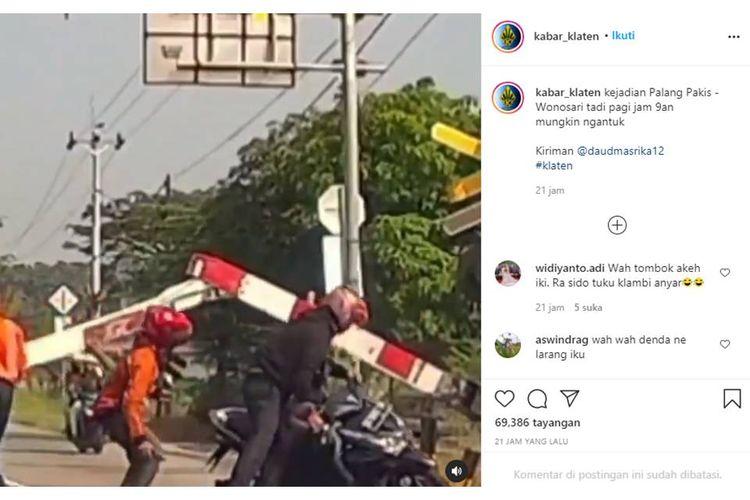 Tangkapan layar unggahan video menampilkan seorang pengendara sepeda motor menabrak palang perlintasan kereta api yang sudah menutup di Klaten, Jawa Tengah, Selasa (27/4/2021).