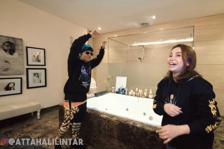 Rossa memperlihatkan interior kamar mandinya yang modern dan mewah kepada YouTuber Atta Halilintar.