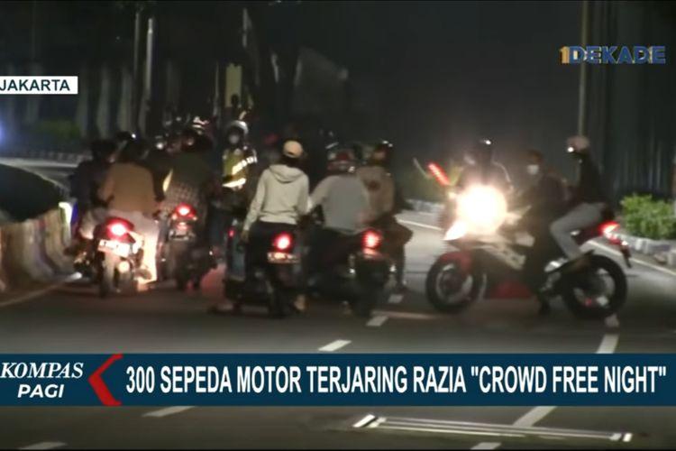 Sejumlah pengendara sepeda motor terlihat memutarbalikkan kendaraan mereka saat petugas mengadakan razia crowd free night di Bundaran Senayan, Minggu (19/9/2021) dini hari.