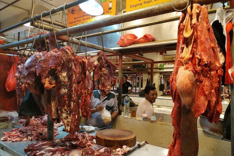 Pedagang daging, Mimin menjajakan daging segar di Pasar Jatinegara, Jakarta Timur, Jumat (17/5/2019). /KOMPAS.com