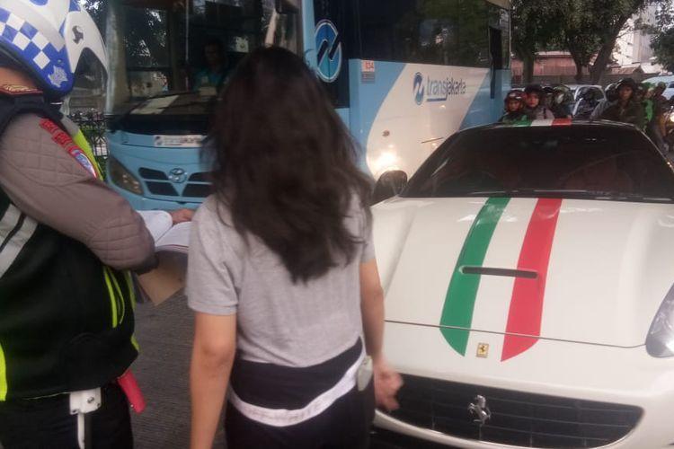 Sebuah mobil Ferrari dengan nomor polisi B 2984 STN terjaring operasi patuh jaya 2019 di Jalan Jatibaru, Tanah Abang, Jakarta Pusat, Rabu (4/9/2019).