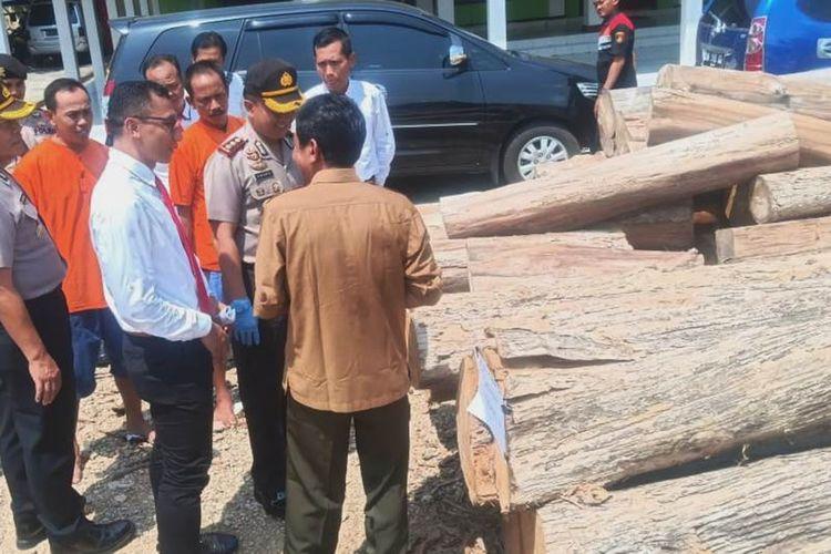 Polisi menunjukkan lima pelaku pencurian kayu beserta barangbukti kayu jati berukuran besar di Mapolres Blora, Jawa Tengah, Selasa (3/12/2019).
