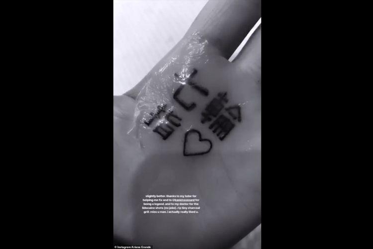 Ariana Grande memamerkan tato baru di telapak tangannya.
