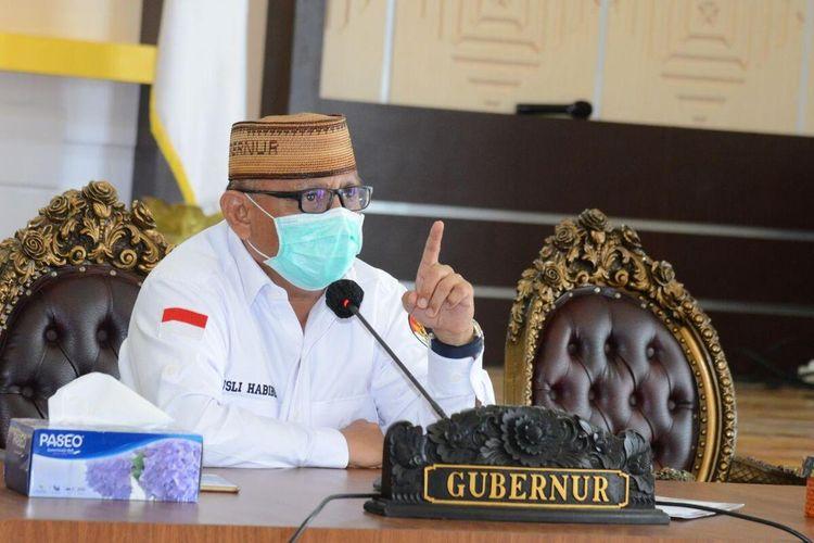 Gubernur Gorontalo Rusli Habibie saat memimpin rapat virtual penerapan new normal di Provinsi Gorontalo bersama bupati/walikota dan Forkopimda.