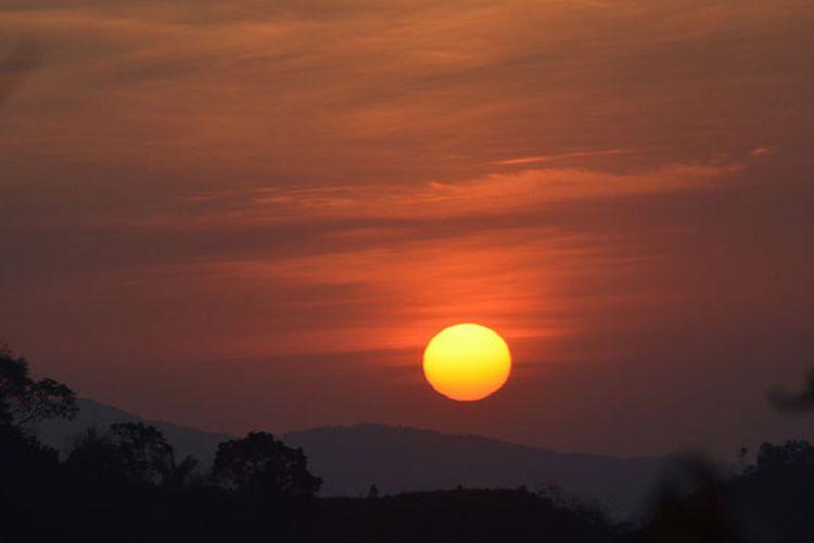 Matahari terbenam di ujung barat Pulau Flores, Nusa Tenggara Timur, perlahan-lahan turun di balik laut, Jumat (25/8/2017). Keunikan matahari terbenam menjadi salah satu tujuan wisatawan asing berkunjung ke Manggarai Barat. Dari sisi utara dari Kabupaten Manggarai Barat sangat bagus untuk melihat matahari terbenam.