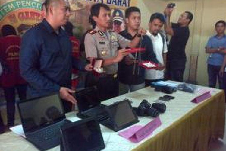 Wakapolres Jakarta Barat, Kompol Bachtiar Ujang Purnama menunjukkan barang bukti hasil pencurian yang terjadi di Palmerah Senin lalu, Rabu (4/2/2015), Jakarta Barat.