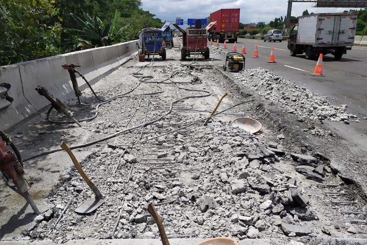 Pengerjaan jembatan di Tol Jagorawi