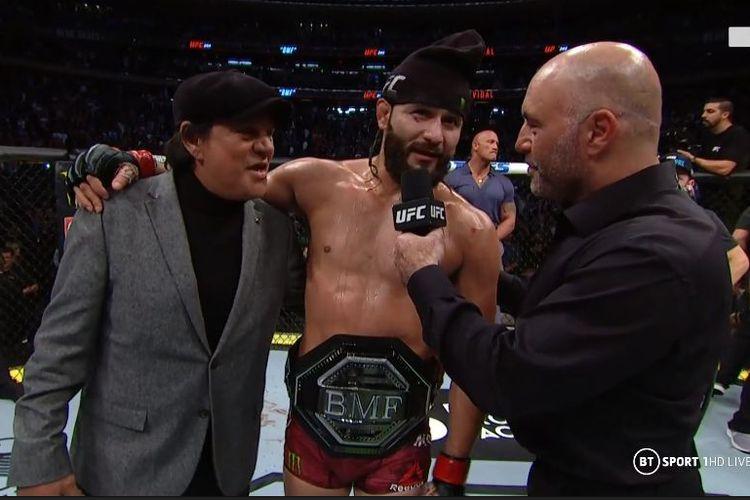 Petarung UFC, Jorge Masvidal, memakai Sabuk BMF saat diwawancarai di ring seusai pertarungan kontra Nate Diaz di partai utama UFC 244, Minggu (3/11/2019) WIB.
