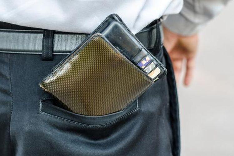 Ilustrasi dompet di saku belakang.