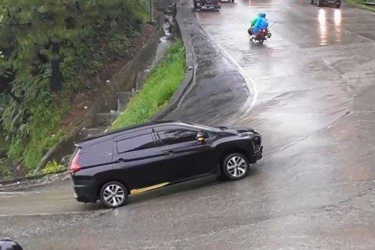 Mitsubishi Xpander melintas tanjakan Sitinjau Lauik di Sumatera Barat.