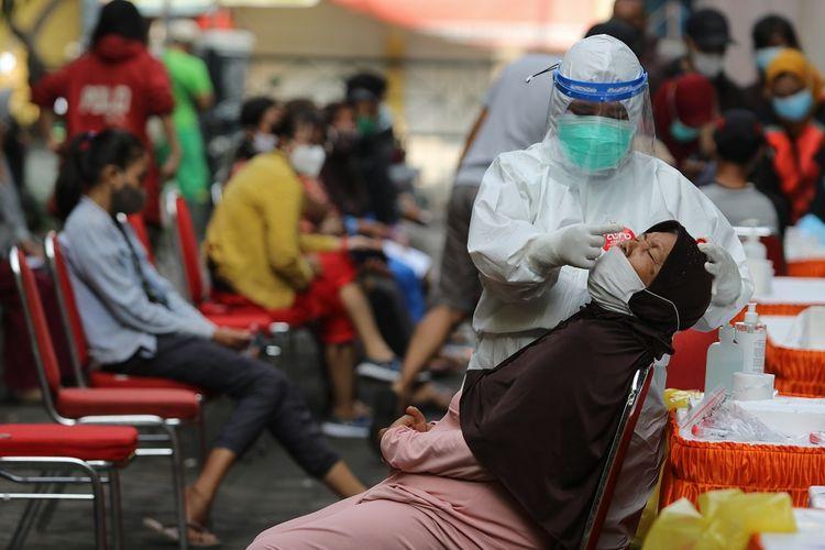 Petugas kesehatan melakukan tes usap PCR COVID-19 kepada penghuni rusun di Rusun Penjaringan Sari, Surabaya, Jawa Timur, Selasa (25/5/2021). Dinas Kesehatan Kota Surabaya melakukan tes usap PCR COVID-19 kepada seluruh penghuni di rusun yang dikelola Pemkot Surabaya untuk mendeteksi penyebaran COVID-19, setelah adanya 12 penghuni Rusun Penjaringan Sari terpapar COVID-19. ANTARA FOTO/Didik Suhartono/rwa.