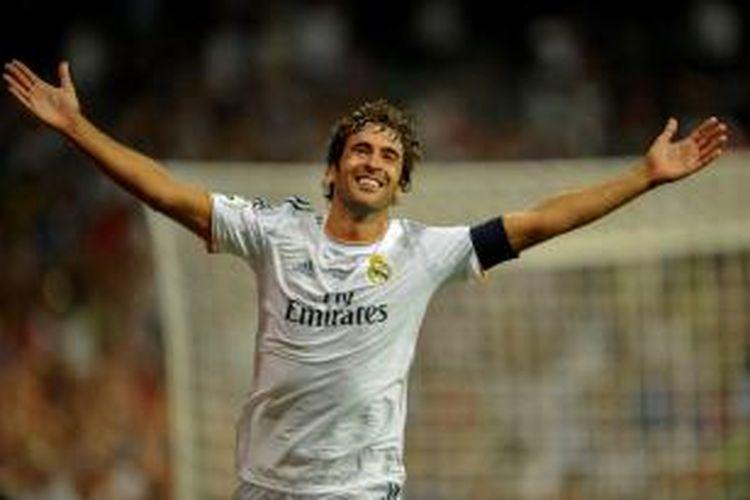 Raul Gonzales merayakan golnya saat membela Real Madrid di ajang Trofeo Santiago Bernabeu , Kamis atau Jumat (23/8/2013). Laga ini sekaligus penghormatan bagi Raul.