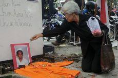 Keluarga Korban Memperingati 18 Tahun Tragedi Semanggi I di Depan Kemenko Polhukam
