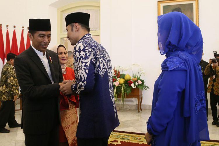 Presiden Joko Widodo saat bersalaman dengan Ketua Kogasma Partai Demokrat Agus Harimurti Yudhoyono saat halalbihalal di Istana Presiden Bogor, Jumat (15/6/2018).
