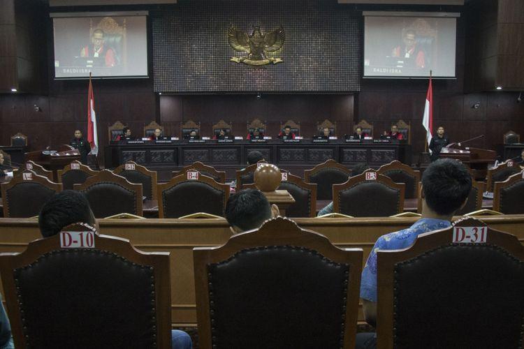 Suasana sidang lanjutan uji materi UU Ormas yang dipimpin oleh Ketua Majelis Hakim Mahkamah Konstitusi (MK) Arief Hidayat di Ruang Sidang Gedung MK, Jakarta, Kamis (18/1). Sidang tersebut beragendakan mendengarkan keterangan ahli. ANTARA FOTO/Aprillio Akbar/foc/18.