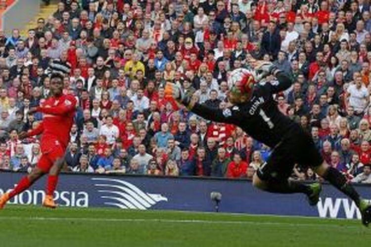 Daniel Sturridge mencetak gol ke gawang Brad Guzan saat Liverpool menghadapi Aston Villa di Anfield, Sabtu (26/9/2015).