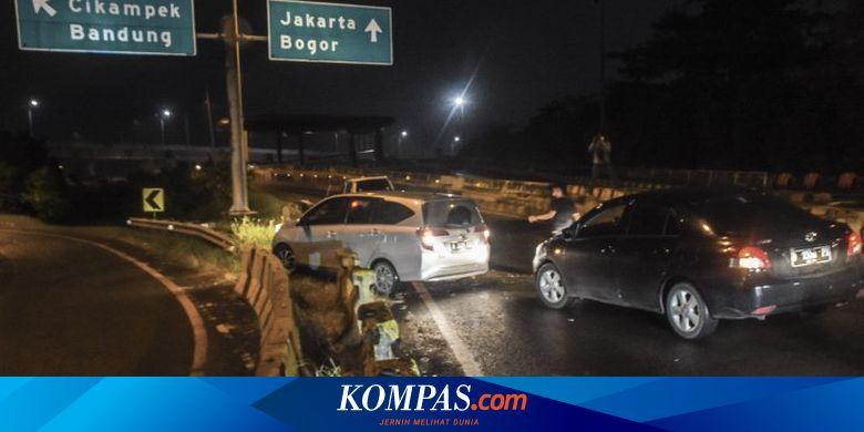 Pemudik Terobos Beton Pembatas Jalan Tol Jakarta-C