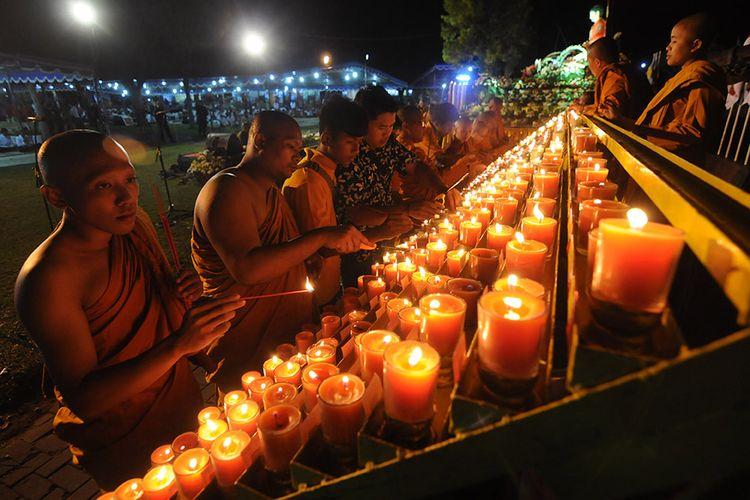 Sejumlah Biksu dan Umat Buddha menyalakan lilin pelimpahan jasa dalam perayaan Waisak di Candi Sewu, Prambanan, Klaten, Jawa Tengah, Sabtu (18/5/2019). Prosesi penyalaan lilin pelimpahan jasa itu merupakan sarana mendoakan leluhur yang telah meninggal dunia serta mendoakan umat manusia dibumi dalam rangkaian perayaan Waisak 2563 BE/2019.