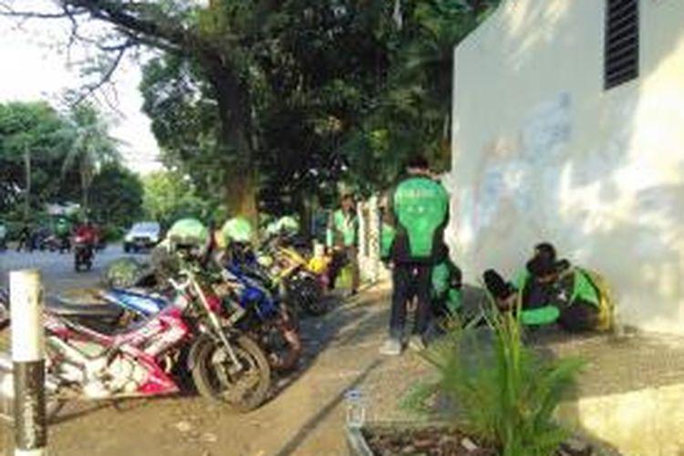 Pengemudi ojek berbasis aplikasi mobile tengah menunggu panggilan pelanggan di kawasan Jakarta Selatan pada Rabu (10/6/2015) sore.