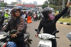 Parkir di Tengah Jalan, Pengendara Motor Ingin Foto Jokowi