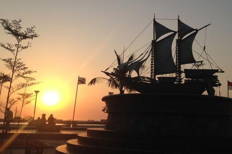 Senja di Pantai Losari, Makassar, Sulawesi Selatan.