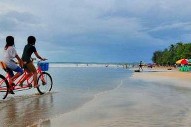 Bermain sepeda di pantai Chaung Tha, Myanmar