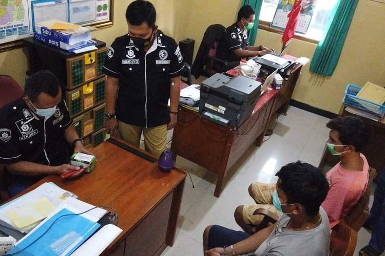 Pelaku pemesan ribuan pil kuning, Dewangga (24) pemuda Kota Purwodadi, Kabupaten Grobogan, Jawa Tengah saat dimintai keterangan tim Satuan Reserse Narkoba Polres Grobogan, Rabu (27/1/2021).