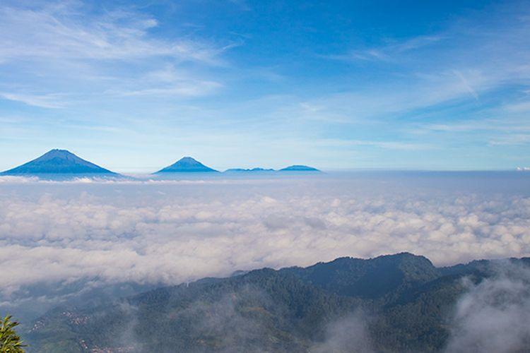 Panorama Gunung Sumbing, Sindoro, dan Prau dari Gunung Telomoyo, serta pegunungan di sekitarnya.