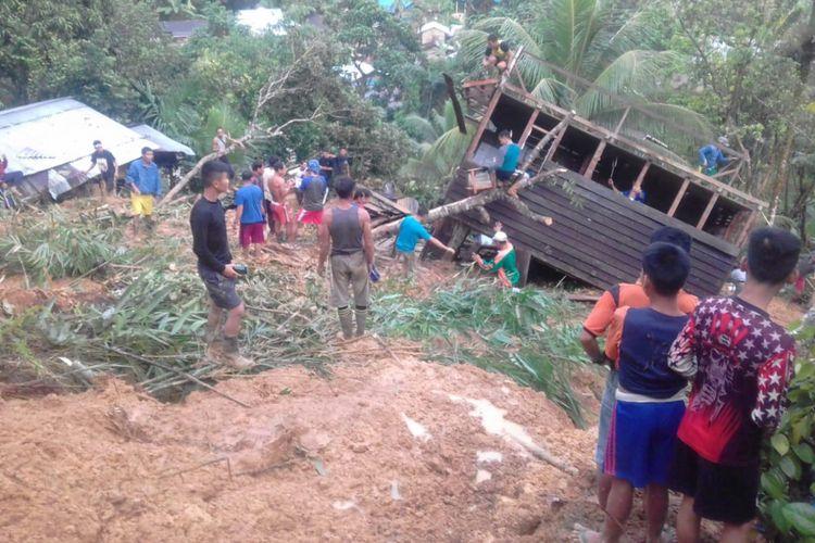 Salah satu rumah warga yang terkena longsor di Dusun Medeng, Desa Sungkung II, Kecamatan Siding, Kabupaten Bengkayang, Kalimantan Barat. Peristiwa itu mengakibatkan tiga warga tewas, Jumat (1/2/2019).