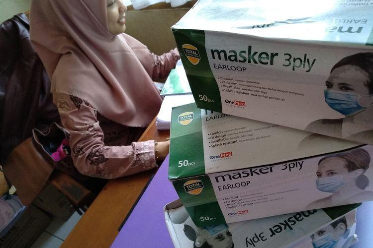 Dinas Kesehatan Kota Tasikmalaya mengalami kesulitan persediaan masker pasca merebaknya virus Corona dan stok tersisa 3 dus untuk kebutuhan 20 Puskesmas selama Bulan Maret 2020, Selasa (3/3/2020).
