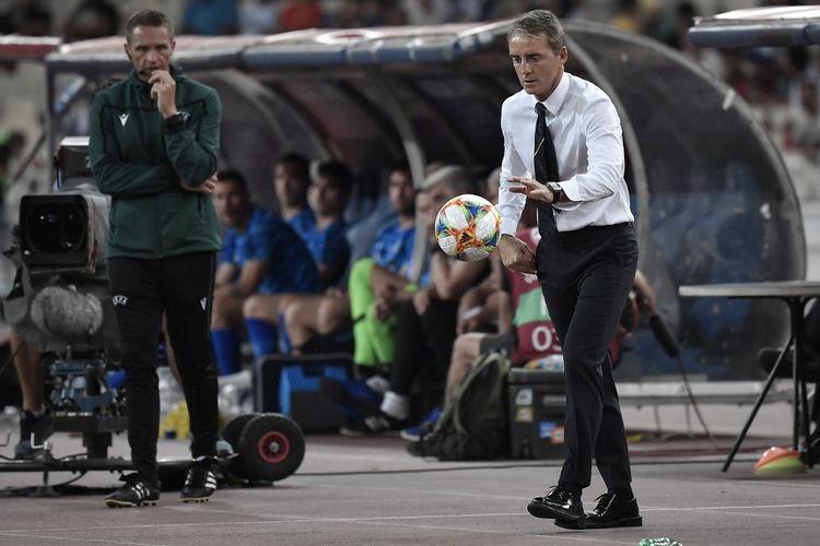 Pelatih tim nasional Italia, Roberto Mancini, mendampingi timnya saat laga kualifikasi Euro 2020 melawan Yunani, di Olympic Stadium, Athena, Yunani, Sabtu (8/6/2019).