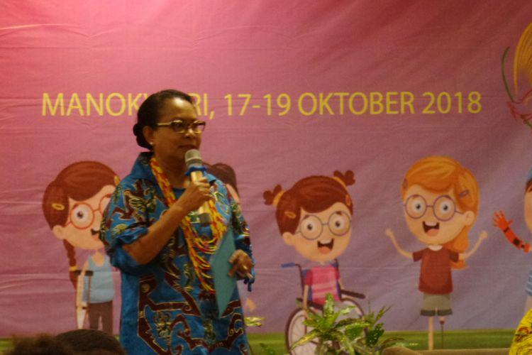 Menteri PPPA Yohana Yembise saat menghadiri sosialisasi pencegahan kekerasan dalam rumah tangga di Swissbel Hotel, Manokwari, Papua Barat, Rabu (17/10/2018).