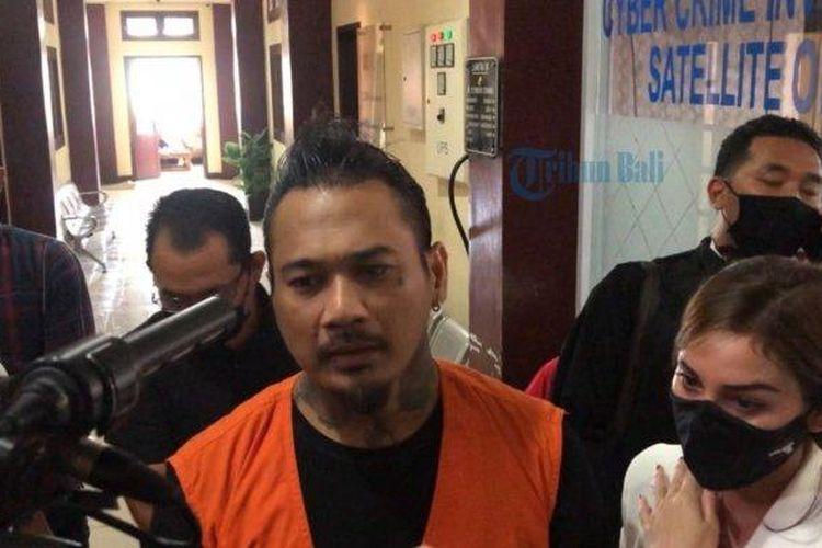 Jerinx saat keluar dari ruang sidang kantor Ditreskrimsus Polda Bali, Kamis (10/9/2020)