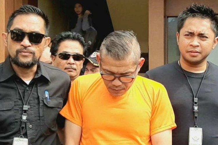 Tersangka pencekikan anggota polisi, TS (tengah), saat diamankan Polsek Metro Jakarta Barat, Sabtu (8/2/2020) sore.