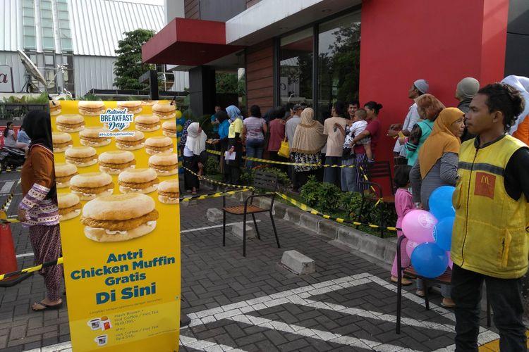 Gerai McDonalds di Ottista Raya, Jakarta Timur, dipadati warga yang antre sarapan gratis, Senin (12/3/2018)
