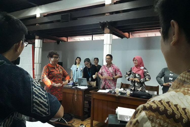 Dosen Seni Musik UNJ, Caecilia Hardiarini, sedang mengajak para peserta workshop cipta lagu anak untuk senam pernafasan sebagai persiapan untuk menyanyikan sebuah lagu.
