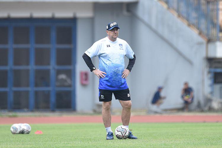 Pelatih Persib Bandung, Robert Rene Alberts, memantau sesi latihan timnya di Stadion GBLA, Kota Bandung, Senin (20/9/2021).