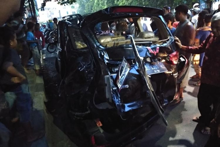 Satu unit mobil Wuling Confero rusak parah setelah tertabrak kereta api yang sedang meluncur ke Bandara Internasional Kuala Namu, Jumat (26/7/2019)