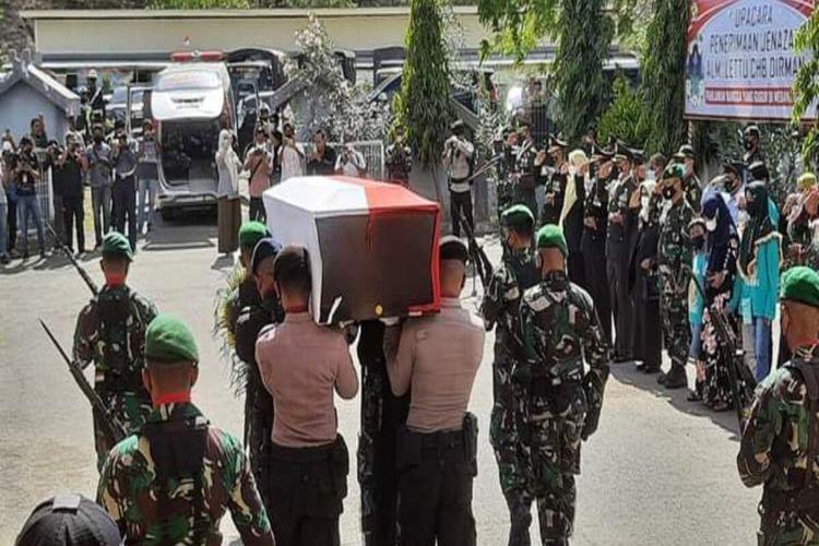 Janazah Lettu Chb Dirman saat hendak dimasukan ke mobil Ambulans untuk dibawa ke rumah duka.