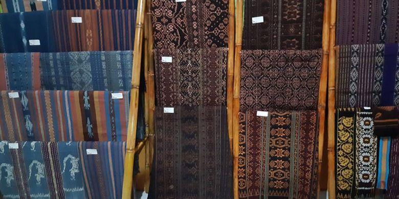 Aneka kain tenun ikat di Galeri Sonya Tenun di kota Maumere, Kabupaten Sikka, Flores, Nusa Tenggara Timur, Kamis (9/5/2019).