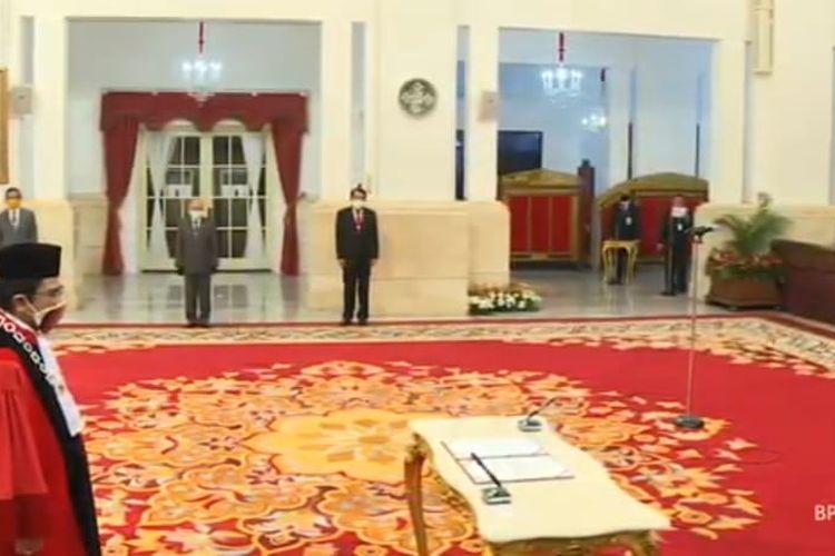 Presiden Jokowi menyaksikan sumpah jabatan Manahan Sitompul sebagai Hakim MK, di Istana Negara, Jakarta, Kamis (30/4/2020).