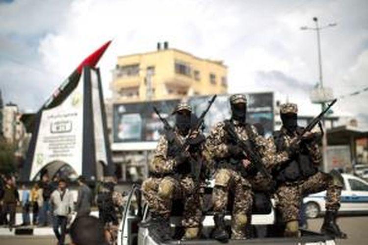 Tugu peringatan berbentuk roket M75 diresmikan di Gaza City oleh sayap militer Hamas, Brigade Ezzedine al-Qassam, Senin (10/3/2014). Tugu ini ingin menggambarkan kemampuan kelompok Hamas menyerang jantung Israel dengan menggunakan roket tersebut.