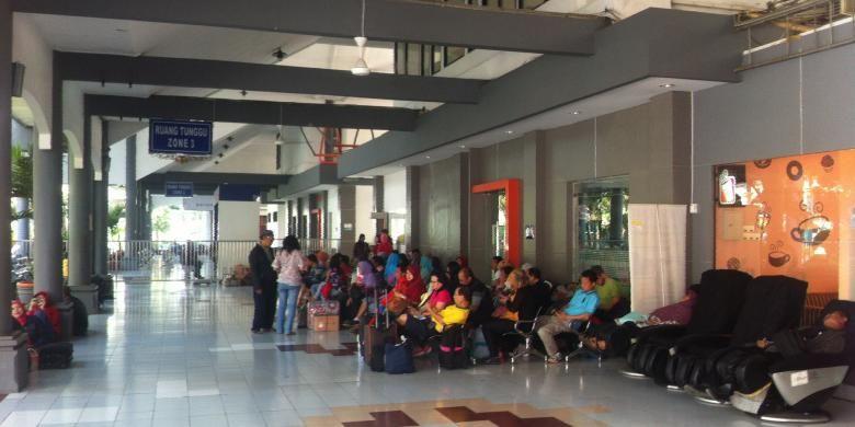 Para penumpang kereta api sedang menunggu keberangkatan di Ruang Tunggu Zona 3 Stasiun Gubeng, Surabaya, Jawa Timur, Rabu (9/9/9/2015).